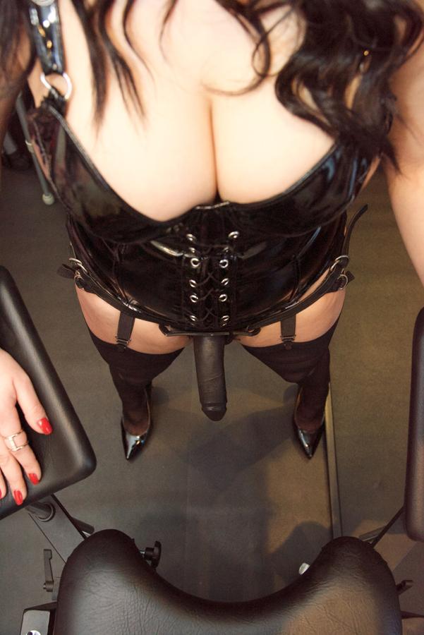 London-Mistress-Dominica-de-Sin-strapon-play