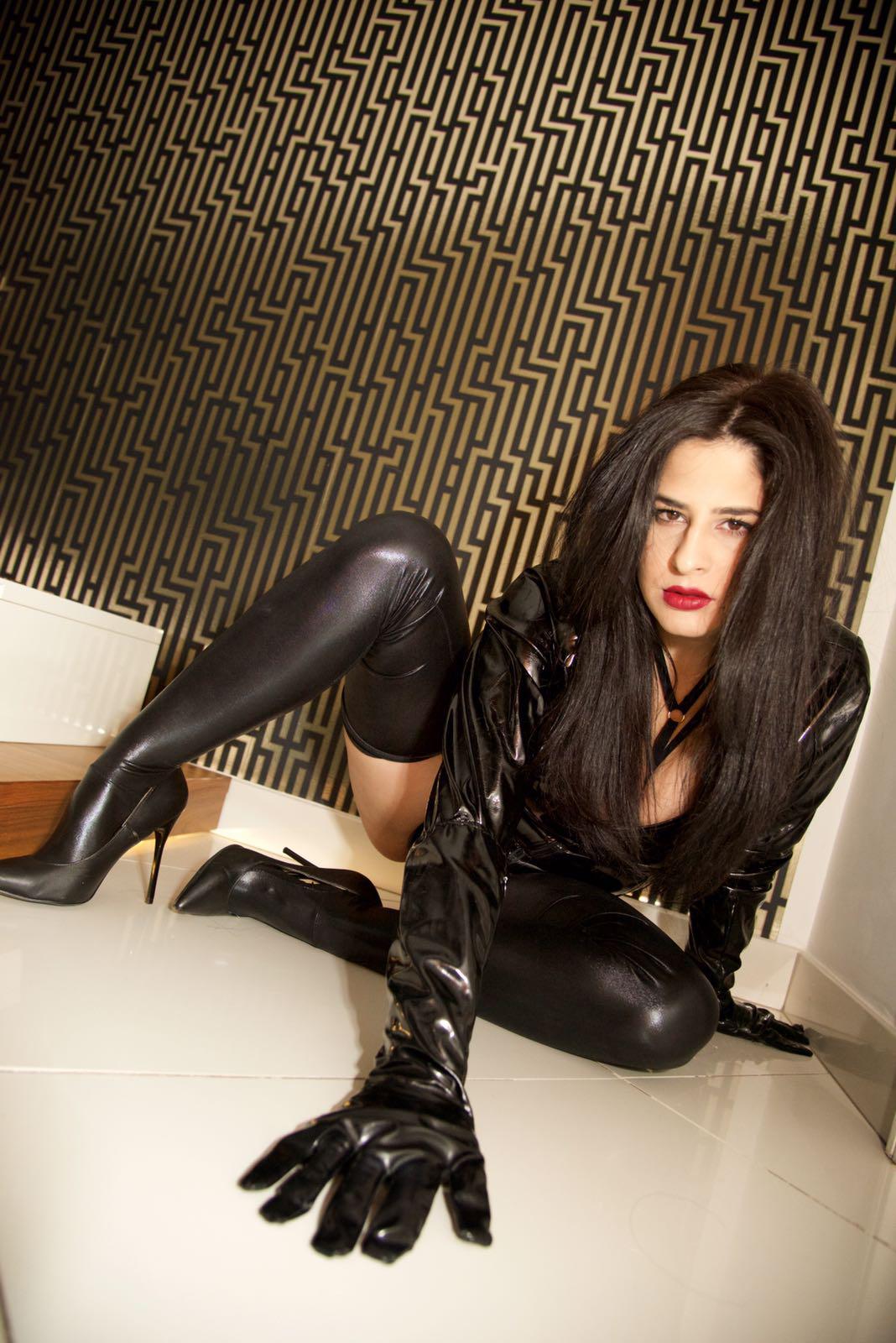 London-Mistress-Dominica-de-Sin-knee-high-thigh-boots